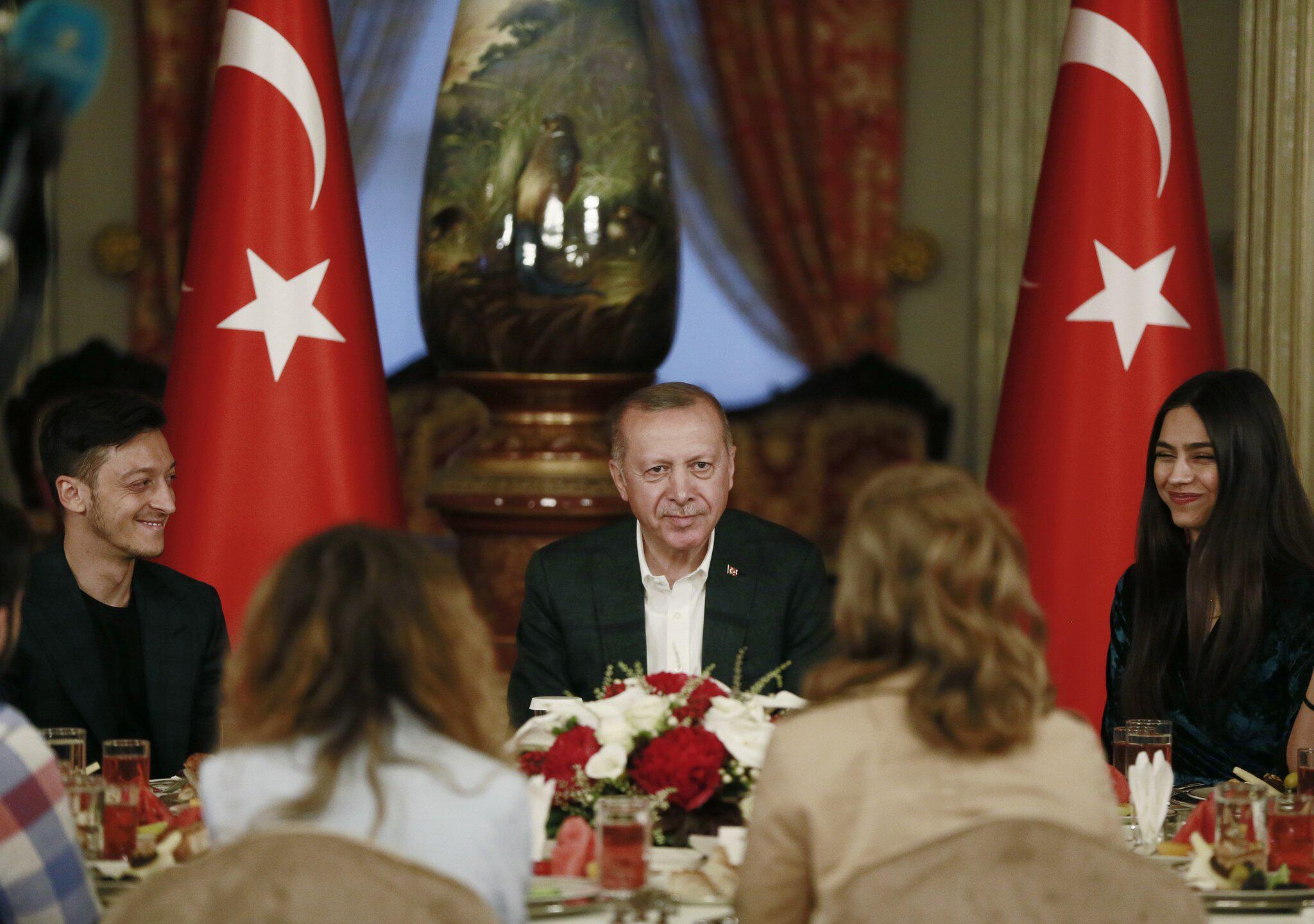 Bild zu Özil bei Erdogan-Festmahl