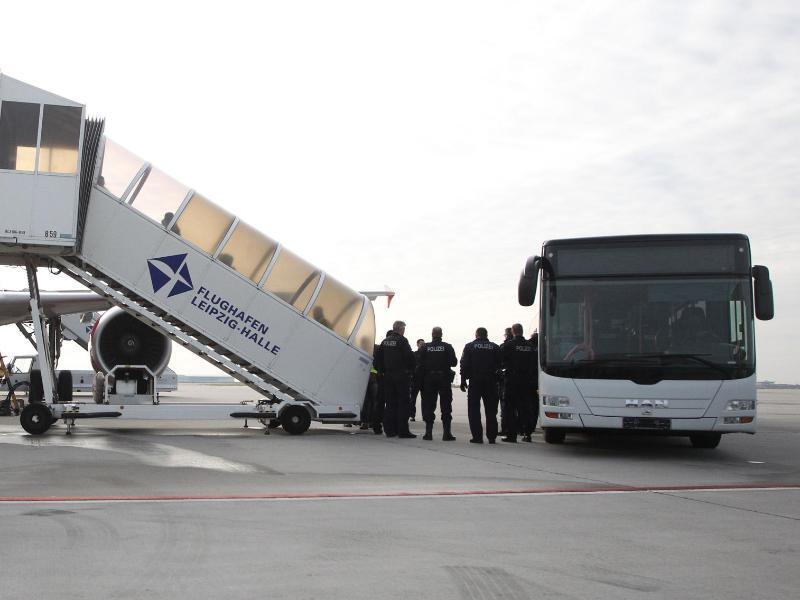 Bild zu Asylbewerber verlassen Deutschland